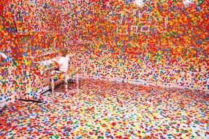 Una stanza decorata di colori