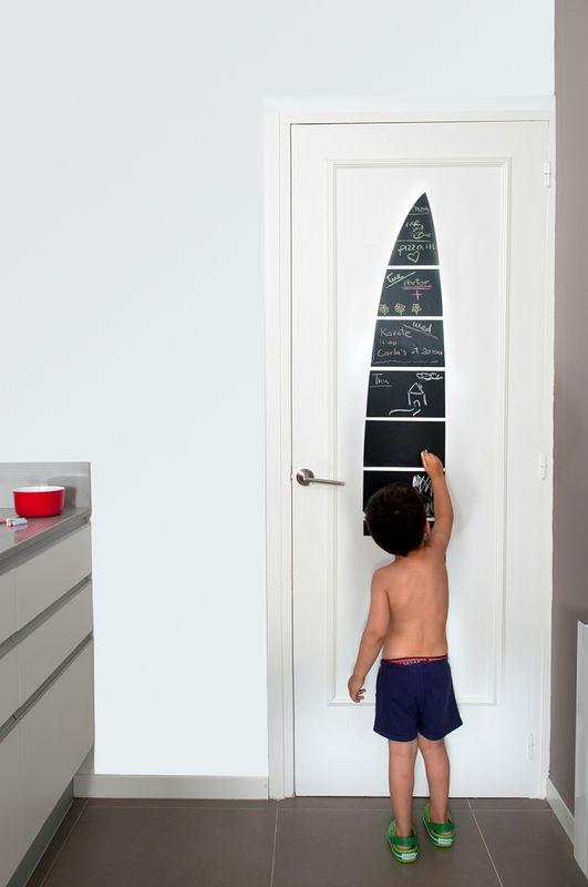 Niño que dibuja encima del cuchillo